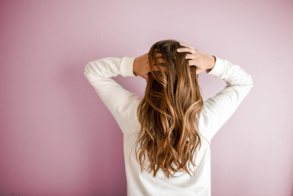 Hair breakage occurs when the internal shaft of a strand of hair breaks. This usually happens near the end of the hair strand and is referred to as a split end. Of course, your hair can break anywhere and cause issues. The main difference between hair breakage and hair loss is that hair loss involves the hair coming out from the root, hair breakage is when it breaks at any other point on the strand.