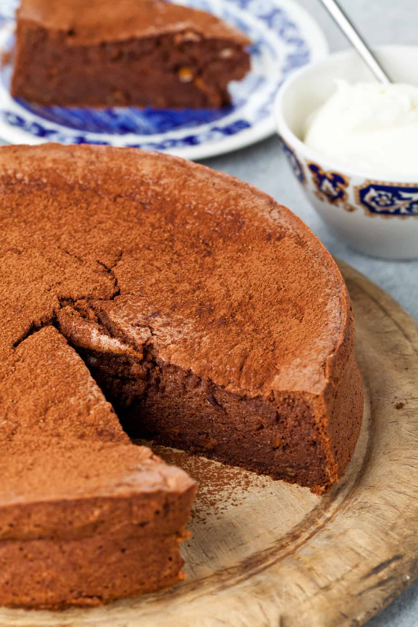 Paleo Flourless Chocolate Cake // AGirlWorthSaving.net